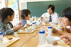 Schüler beim gemeinsamen mittagessen aflo