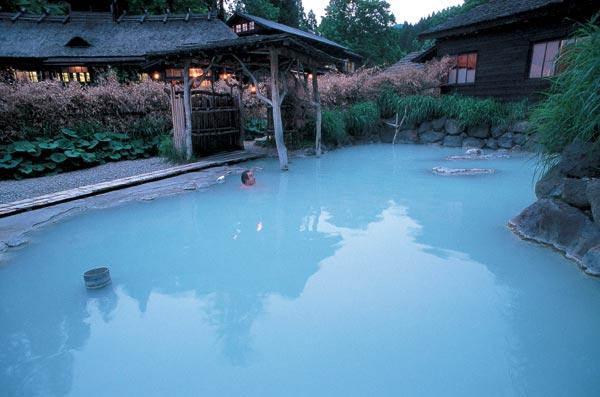 Baños Japoneses Onsen:Baño terapéutico en el valle de una tranquila montaña