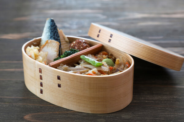 Mage-wappa are made by curving thin wooden boards, and are well known as traditional Bento boxes.