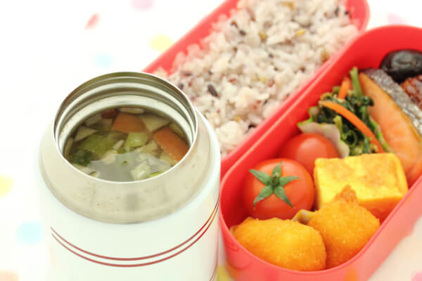 Food jars have excellent thermal insulation, letting you eat hot Bento even if you are out of the house.