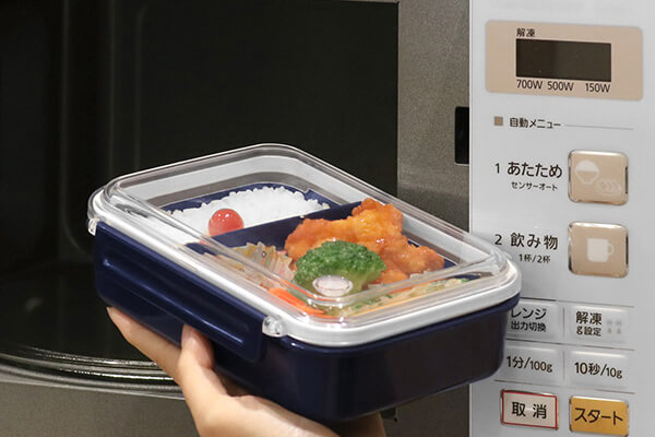 Bento boxes that you can use with microwave ovens let you eat warm food even if you are out of the house.
